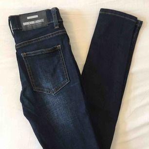 Mörkblå jeans köpta på Carlings. Smal passform och normal midja. Storlek 24/30. Jättefina men passar tyvärr inte mig. Nyskick. Kan fraktas mot fraktkostnad.