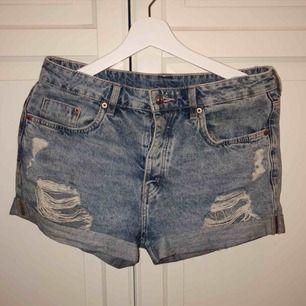 Shorts från H&M med slitningar strl 36. Dom är använda en sommar. (Mycket fint skick). 40kr + frakt
