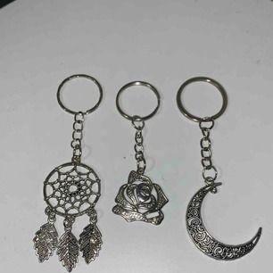 Coola nyckelringar. En i form av en drömfångare en av en ros och en av en måne. Alla i silverfärgad metall och bea kvalite.