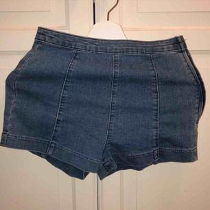 Shorts från H&M med dragkedja på sidan. Högmidjade. 20kr + frakt (aldrig använda).
