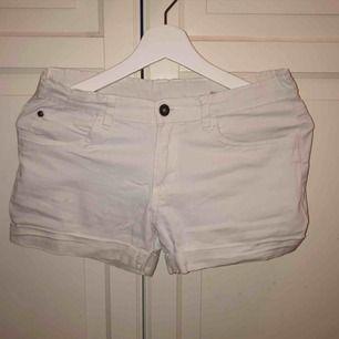 Vita shorts från warp strl 164. En liten liten fläck på högra benet därav priset. 20kr + frakt
