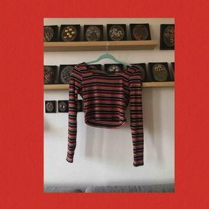 En fin randig tröja från Primark! Inte använd då kragen är för stor för mitt gillande :( Är väldigt skön och stretchig! Skulle vara jättesöt under T-Shirts! Frakten ingår i priset💞💞
