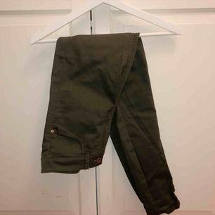Gröna byxor från BikBok strl S, använda ett fåtal gånger (mycket bra skick). 30kr+frakt