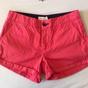 Ljusröda shorts från Holly&Whyte (Lindex). Storlek 34. Fint skick, knappt använda. Kan skickas mot fraktkostnad.
