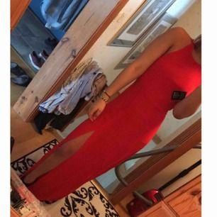 Röd klänning ifrån NLY 👗  Bara använd 1 kväll då vi hade avslutningsmiddag. Ganska lång på mig som är 169 cm så skulle rekommendera att använda högklackade skor eller sy upp den ☺️  Finns katter i hemmet 🐈 köparen står för frakt!