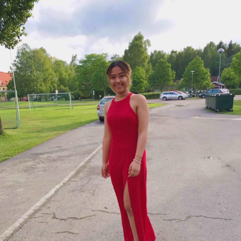 Röd klänning ifrån NLY 👗  Bara använd 1 kväll då vi hade avslutningsmiddag. Ganska lång på mig som är 169 cm så skulle rekommendera att använda högklackade skor eller sy upp den ☺️  Finns katter i hemmet 🐈 köparen står för frakt! . Klänningar.