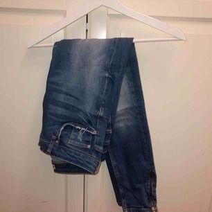 Blås jeans med en imitation av slitningar. Strl 28/30 från Gina tricot modellen kristen. Ett litet hål på ens insidan sv låret. 50kr + frakt