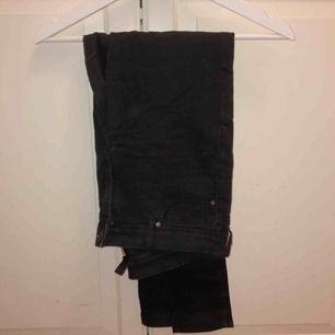 Svarta jeans från H&M strl 38. 30kr+ frakt.
