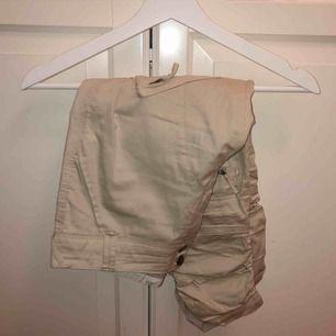Beigea chinos snygg byxor från Culture, strl S. Mycket bra skick är bara använda ett fåtal gånger. Dom går till halva smalbenen. 50kr + frakt