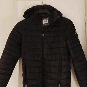 superfin dunjacka från McKinley jacka i färgen svart. Storleken är 150 men sitter bra på mig som vanligtvis har storlek S. Så aningen stor i storleken! Kan mötas i örebro eller frakta🧡
