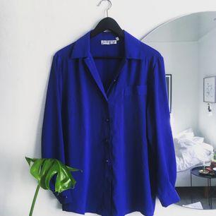 Fin klarblå blus.