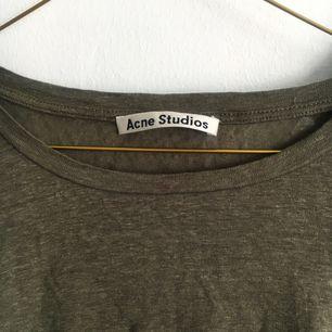 Militärgrön T-shirt från Acne.