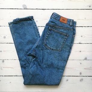 Mum jeans från Urban Outfitters, väldigt fina på och fint skick. Säljer pga de tyvärr är för små för mig.