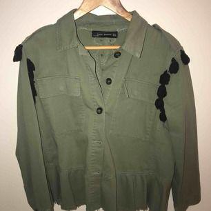 Skitsnygg grön vårjacka ifrån Zara, med detaljer på ryggen! Använd ett fåtal gånger och har inga som helst slitningar.