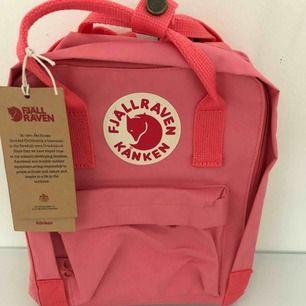 Fjällräven väska finns i röd och rosa