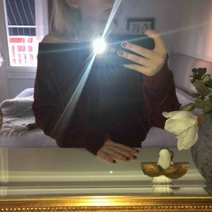 En jättefin, vinröd off-shoulder tröja från Lindex i ett väldigt mjukt och skönt material! Endast använd några få gånger, möts upp i Västerås eller så står köparen för frakten.