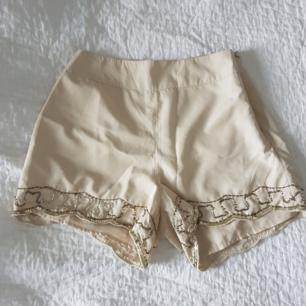 Aldrig använda shorts med handsydda detaljer. De är lite höga i midjan och av mjukt material. Köparen står för frakt.