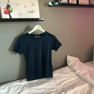 """Svincool t-shirt från Levi's! Tyget ser """"jeansigt"""" ut men är samtidigt jättemjukt och skönt. Använd endast nån gång, möts upp i Västerås eller så står köparen för frakten.<3"""