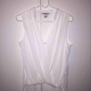 Jätte fin vit blus som jag aldrig använt då den är lite för stor för mig, storlek 38. Köpare står för frakt.