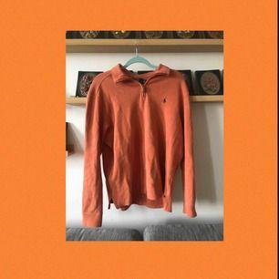 En jättemysig orange polo från Ralph Lauren! Färgen är lite urtvättad men annars i bra skick. Aldrig använd själv. Frakten ingår i priset!