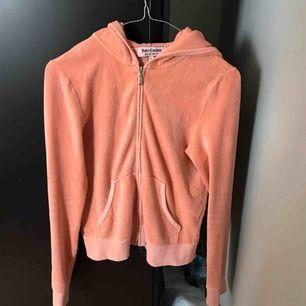 Säljer min Juicy couture kofta i strl M. Köpte i USA för några är sen, har använt den länge men den är fortfarande fint skick.