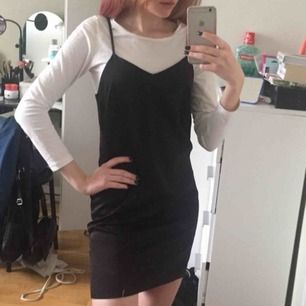 Jättesöt klänning som tyvärr inte kommer till användning. Snygg att ha både med elr utan tröja under