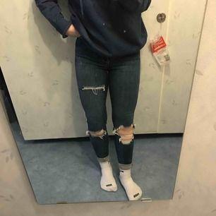 Ett par blåa ripped jeans från Gina tricot i storlek 34. Frakt tillkommer