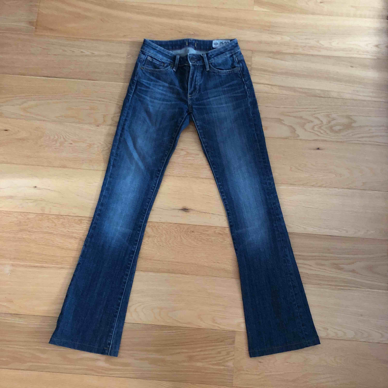 Jättesnygga bootcut jeans med en lite mörkare denim färg. Använda ett fåtal gånger och är som nytt skick. Stentvättningen är mer naturlig än vad det syns på bild nr 1. Snygg passform. Frakt tillkommer.. Jeans & Byxor.
