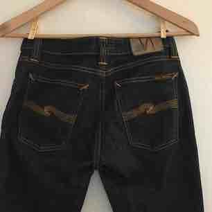 Coola jeans från Nudie Jeans co. Mörkblå. Använda men i fint skick. Säljes pga för stora för mig.. Jeans & Byxor.