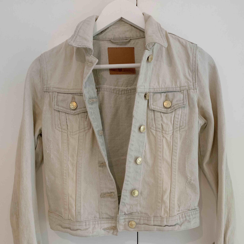 Jeansjacka från Gina tricot, använd 2 gånger. . Jackor.