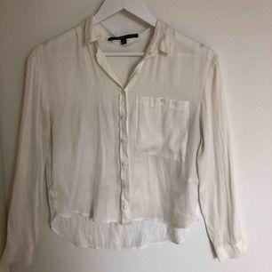 Vit-cream färgad siden blus. En ficka på vänstra sidan. I toppskick och bra kvalité, aldrig använd. En bra skjorta- blus som går att styla på många olika sätt. Storlek S, passar även XS och M. Frakt tillkommer.