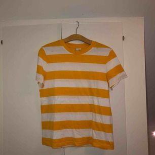Gul/vit randig t-shirt från & Other Stories. Aldrig använd. Köpare betalar eventuell frakt om du inte kan mötas upp.
