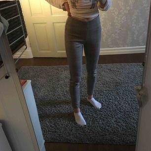 Stretchiga kostymbyxor från Zara. Använda några gånger men i väldigt fint skick. Kontakta gärna för fler bilder 💕