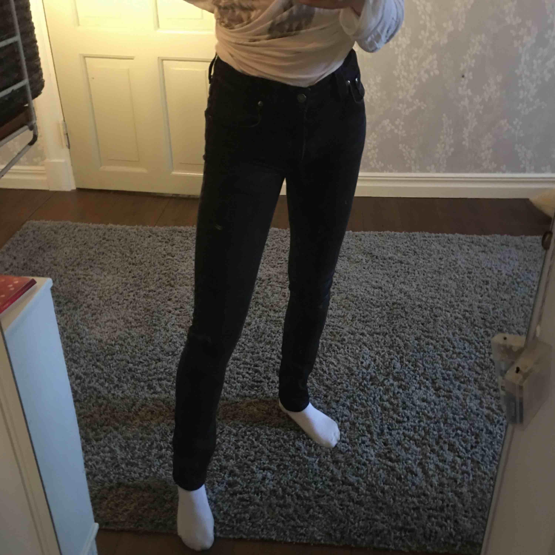 Svarta jeans från Nudie Jeans co i rak modell. Bekväma och snygga! Säljes pga för stora för mig. Jeans & Byxor.