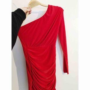 Röd one shoulder-klänning från Boohoo, använd 2 gånger. Lite nopprig vid armhålorna.