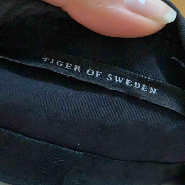 Jacka från Tiger of Sweden. Har blivit lagad på ena ärmen (bild2) därav det låga priset. Orginalpris 2600kr.. Jackor.