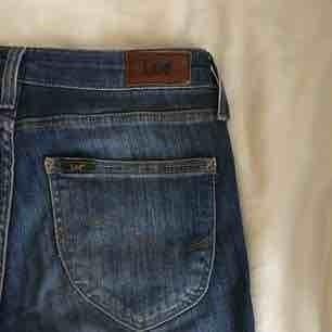 Mörkblå jeans från Lee. Väl använda men i fint skick. Väldigt bekväma med jättefin passform.