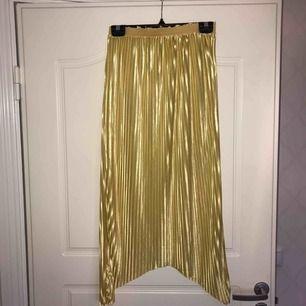 En gul-guldig kjol, fint skick och mycket bekväm! Pris inkl frakt