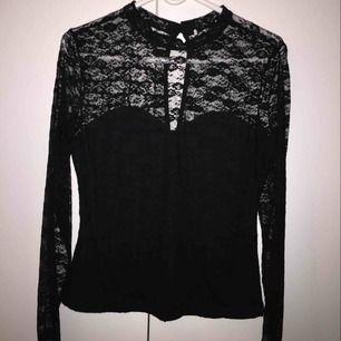 Snygg och bekväm tröja, använd 2-3 gånger. Köparen står för frakt, kan mötas upp i Lund/Malmö