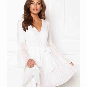 Säljer en så fin & endast provad klänning från Bubbleroom. Studentklänning kanske? Skulle säga den är liten i storlek så 42 är som en 38 enligt mig. Kan skicka mer bilder såklart. Köptes för 480 kr & säljer för 380 kr. Frakten går på 20 kr