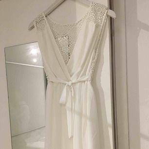 Letar du efter studentklänning? Då är denna vita drömmen helt perfekt för dig. Klänningen är från märket Dry Lake och har endast använts en gång.