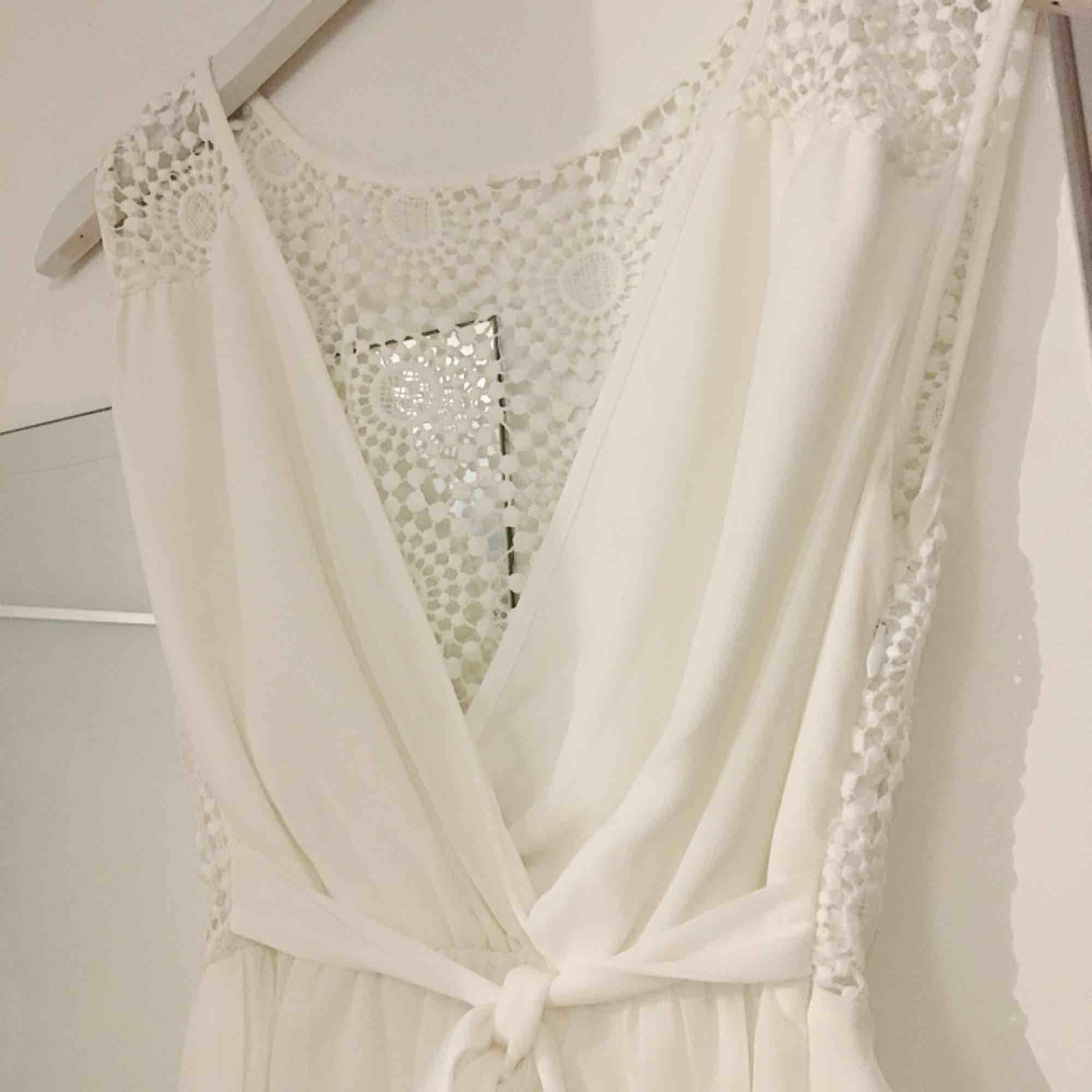 Letar du efter studentklänning? Då är denna vita drömmen helt perfekt för dig. Klänningen är från märket Dry Lake och har endast använts en gång.. Klänningar.