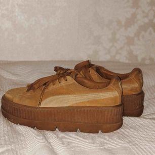 Rihannas Fenty x Puma skor, creepers. Köpte härifrån men bara använt dem en gång. Lite slitning på insidan av högerskon, därav lågt pris.