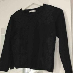 Svart stickad tröja med trekvartsärmar och vackra broderier från Zara.