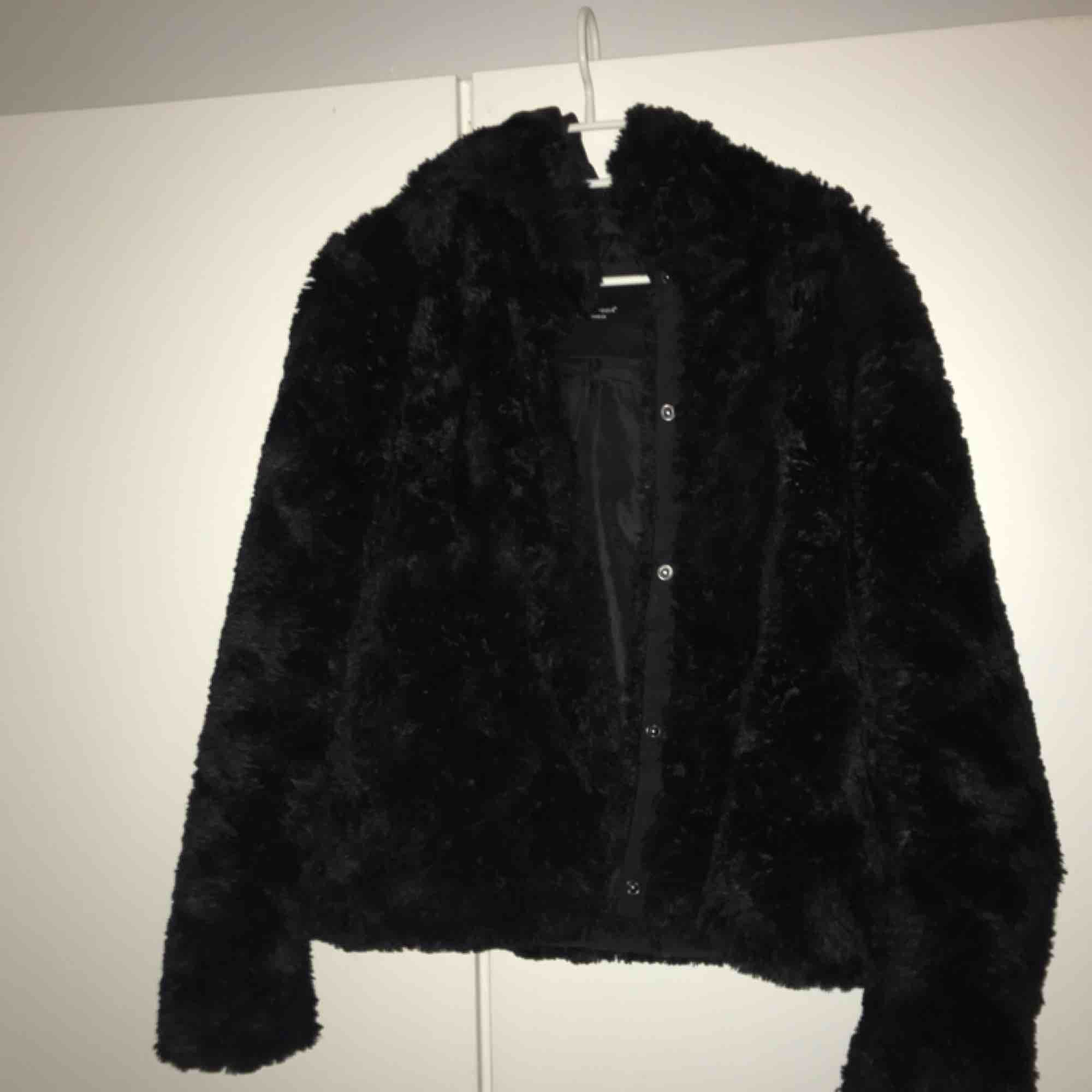 Så fin jacka ifrån Vero Moda! Sparsamt använd, finns inga fel med så nyskick! Luva baktill. Mycket fluffig och skön.. Jackor.