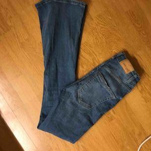 Ett par blåa bootcut jeans från Gina! Storlek XS och passar på 165 eller lite kortare!