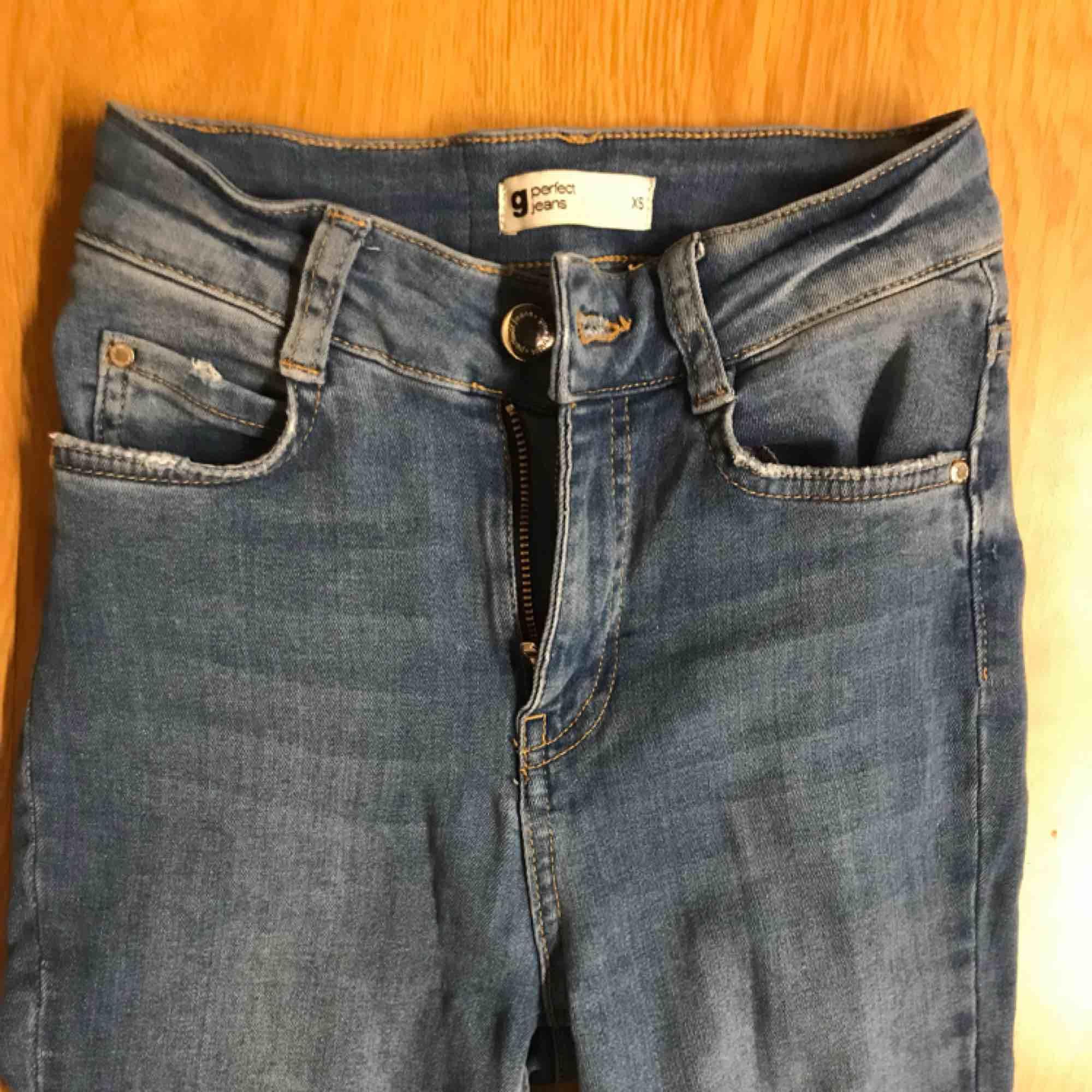 Ett par blåa bootcut jeans från Gina! Storlek XS och passar på 165 eller lite kortare!. Jeans & Byxor.