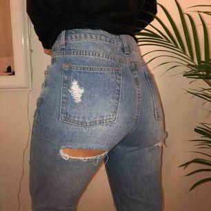 Snygga mom jeans som inte kommer till användning. Storleken är ganska liten och skulle säga att dom är mer som S
