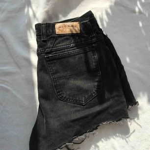 Mycket söta svarta shorts! Skulle säga att dem främst passar M men om man är S och skulle vilja ha en oversize look så passar dessa också!