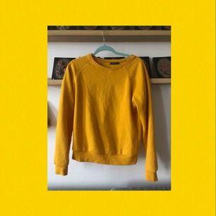 En gul tröja från Terranova! Super mjuk och skön men inte min stil :/ därför är den aldrig använd. Frakten ingår i priset!